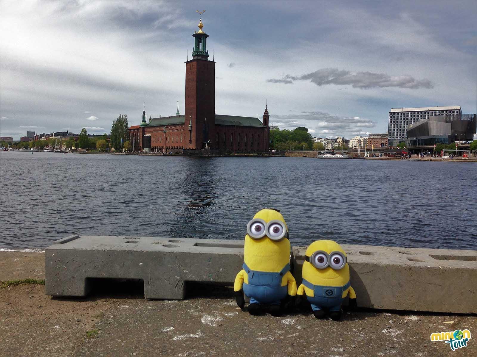 Los Minions posando con el Ayuntamiento de Estocolmo