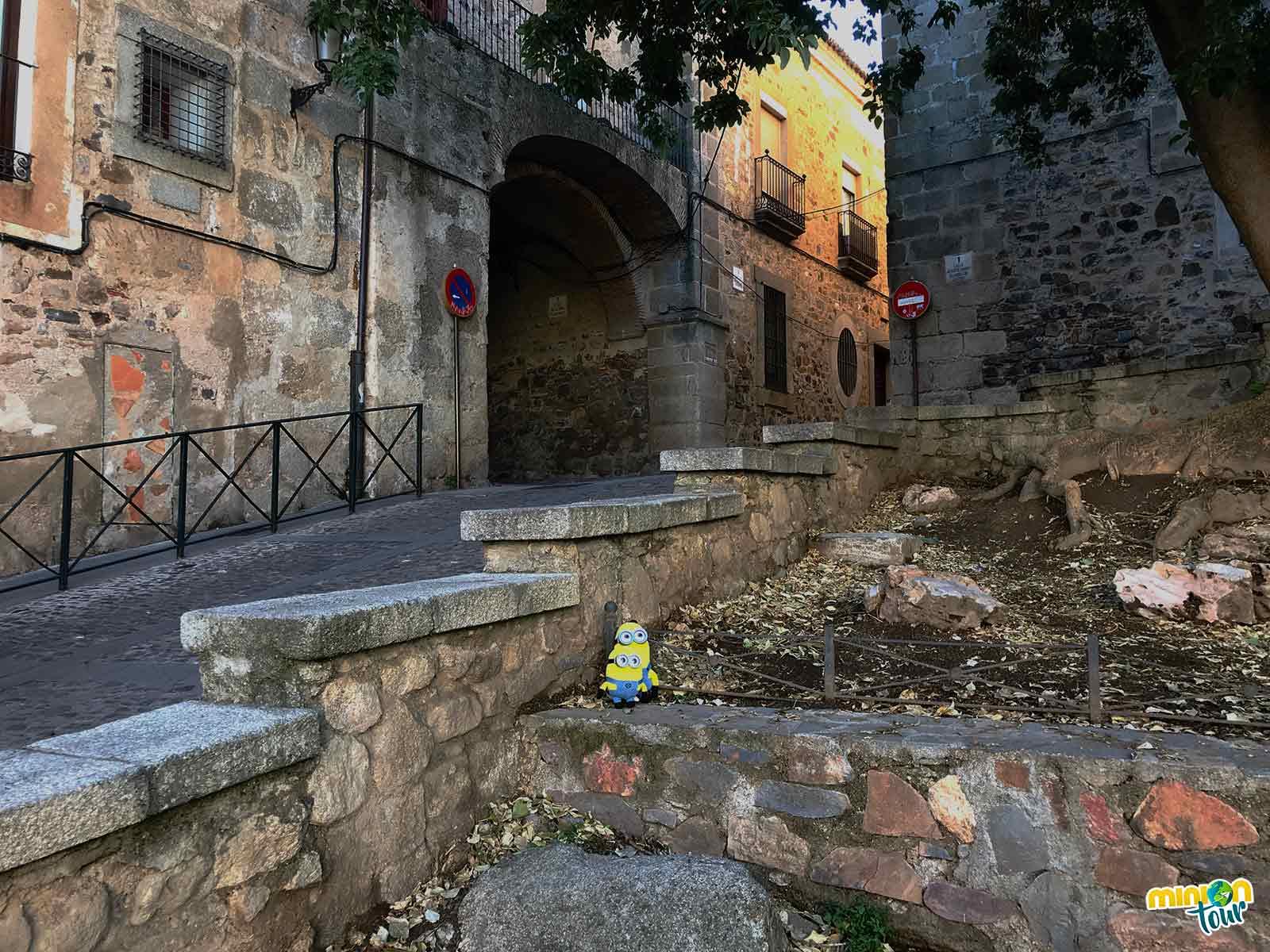 Los Minions viendo la Muralla de Cáceres