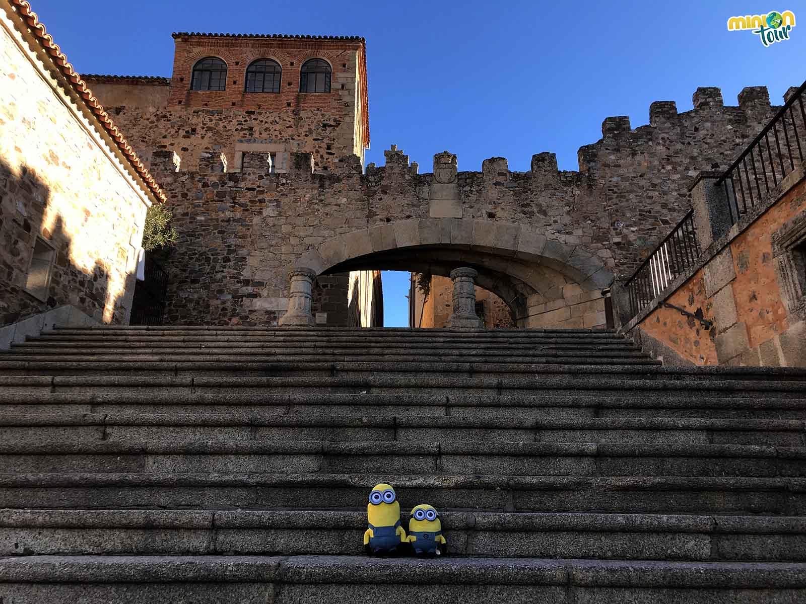Los Minions a punto de entrar en el Casco Antiguo de Cáceres