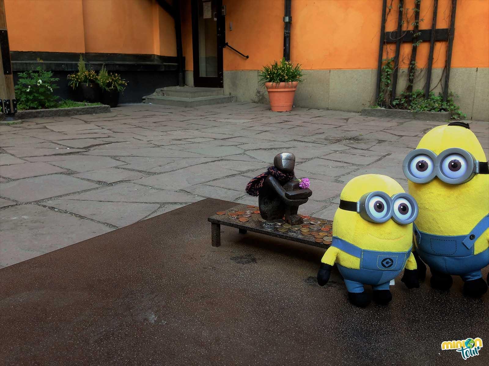 Los minions con el chico de hierro en la Plaza Bollhustäppan