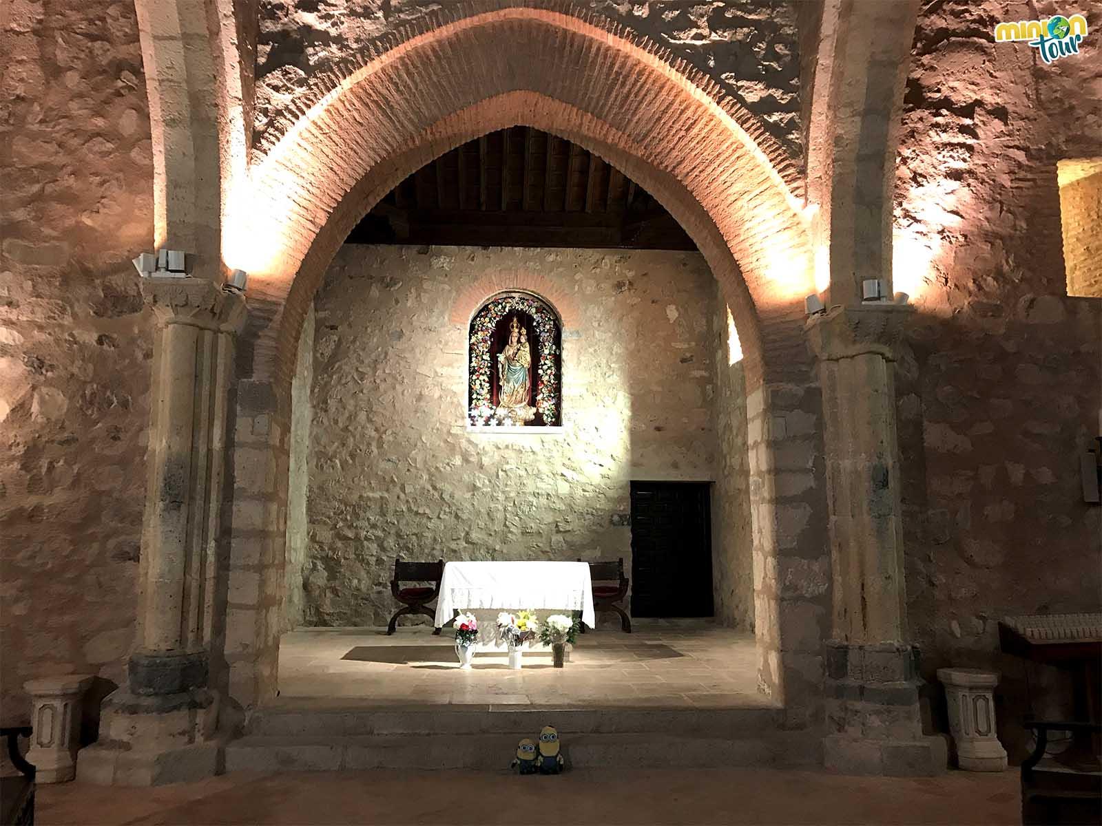 Con la virgen, en el interior de la ermita de Alarcos