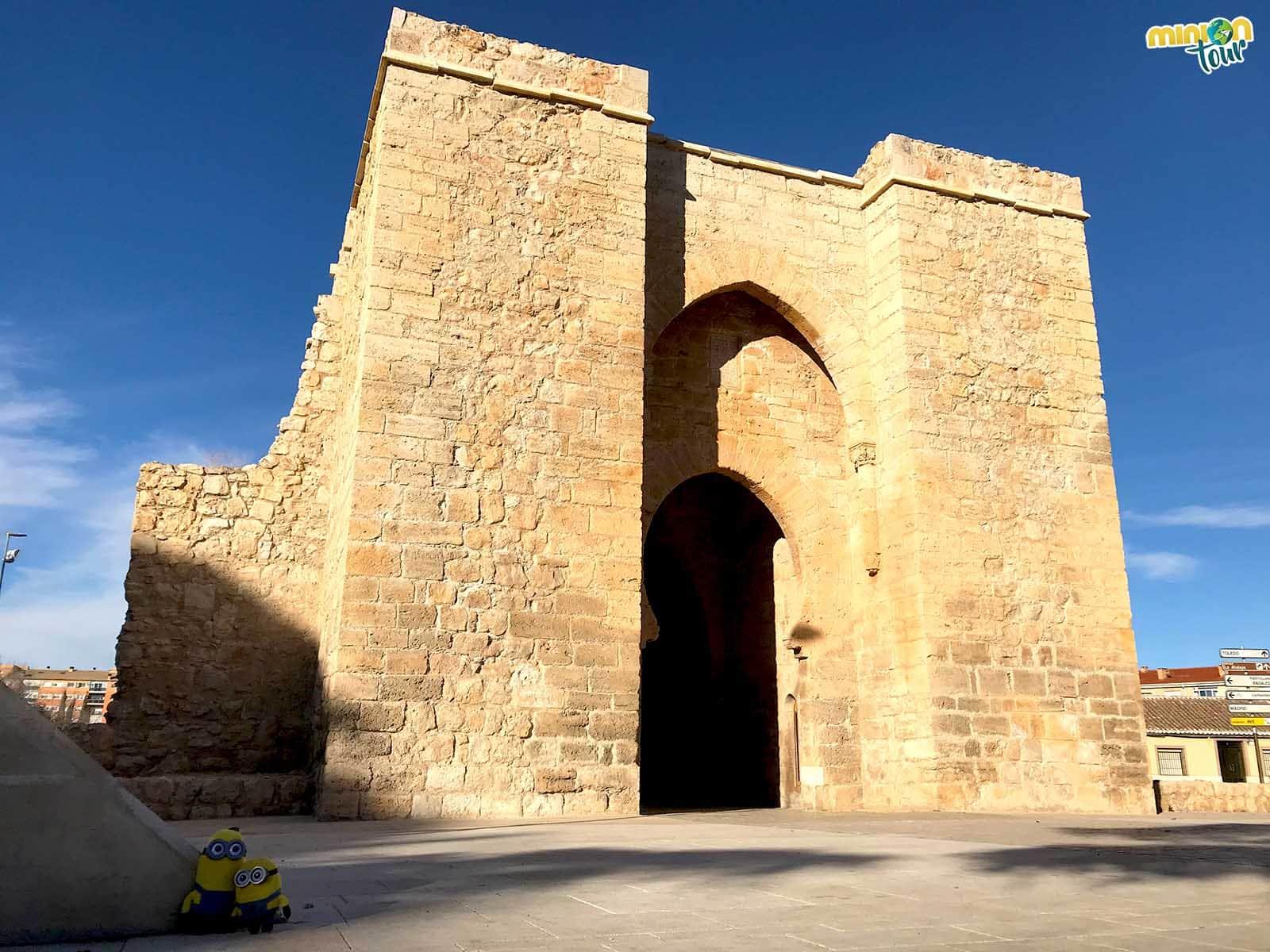 Posando con la Puerta de Toledo, una de las cosas que ver en Ciudad Real