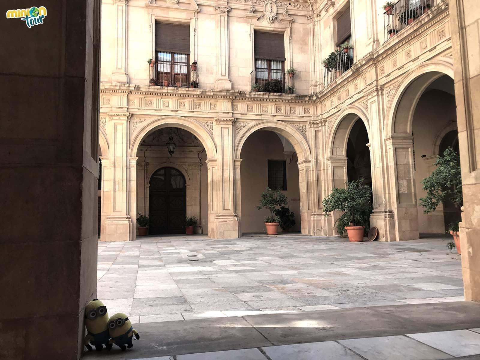 Minions posando en el Claustro del Palacio Episcopal