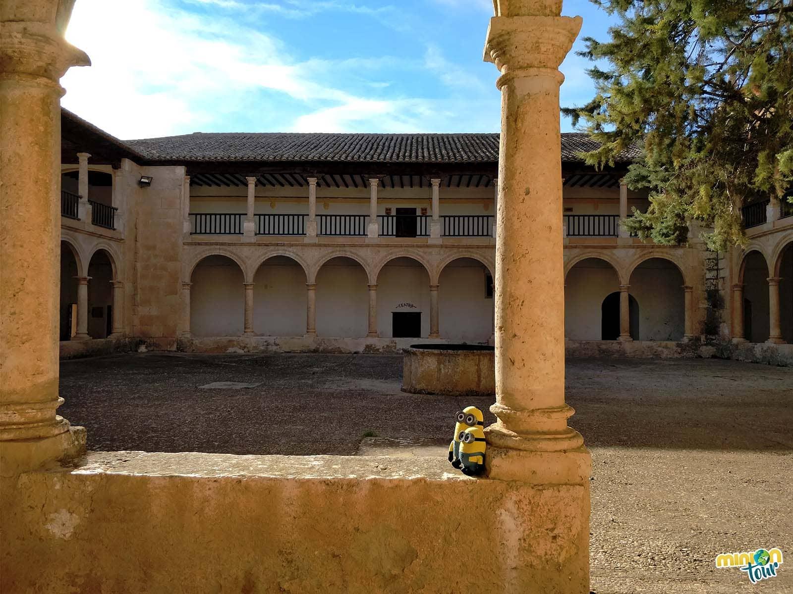 Comenzamos la búsqueda del patrimonio religioso de Fuensanta en el claustro del santuario