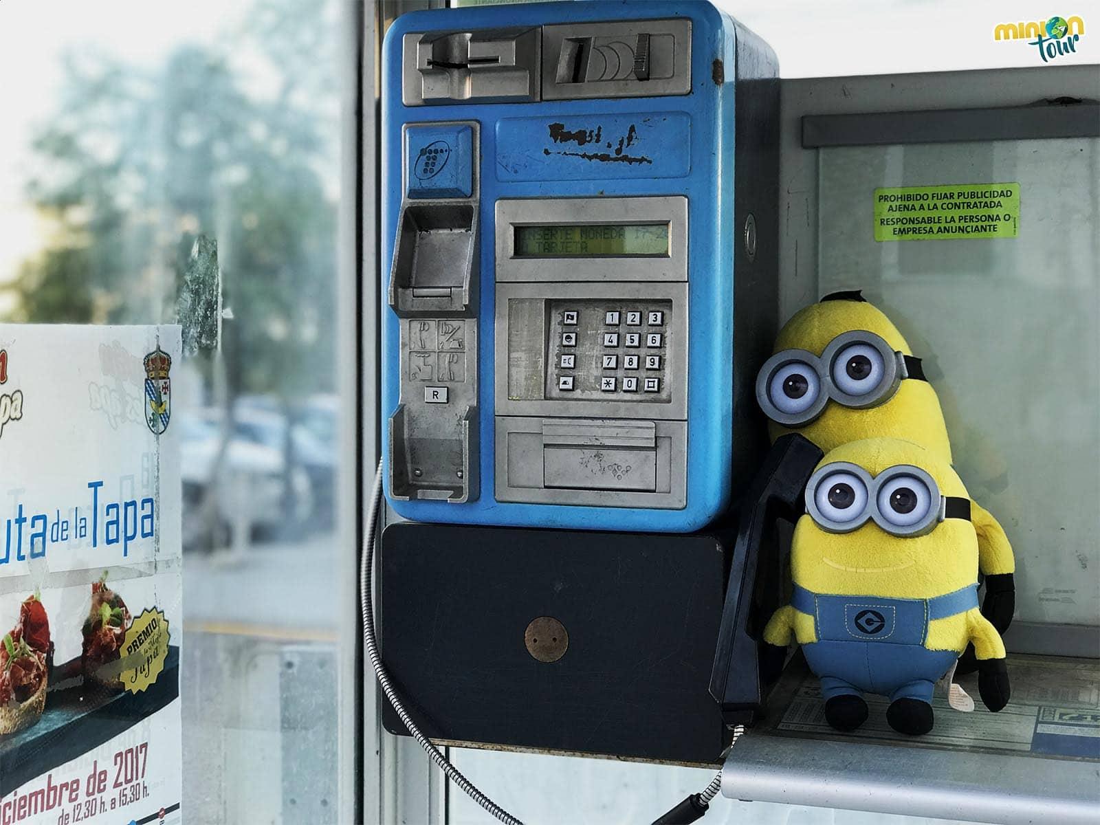 2 Minions y una cabina de teléfono