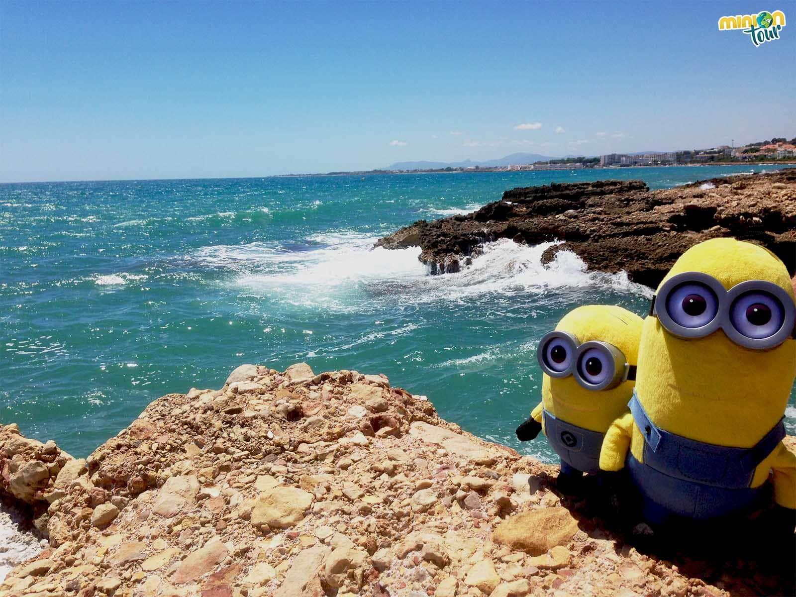 En nuestra búsqueda de una playa desierta una de las que más nos gustó fue Cala Mundina