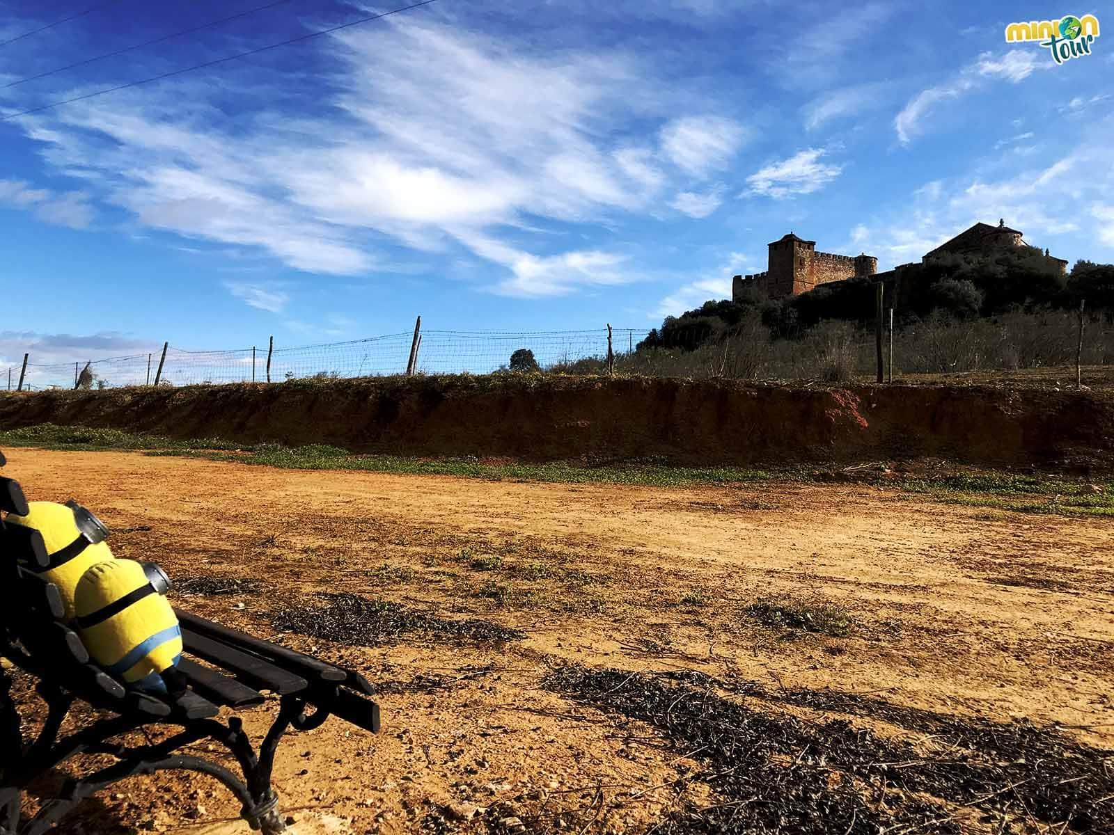 Observando el Castillo de la Encomienda