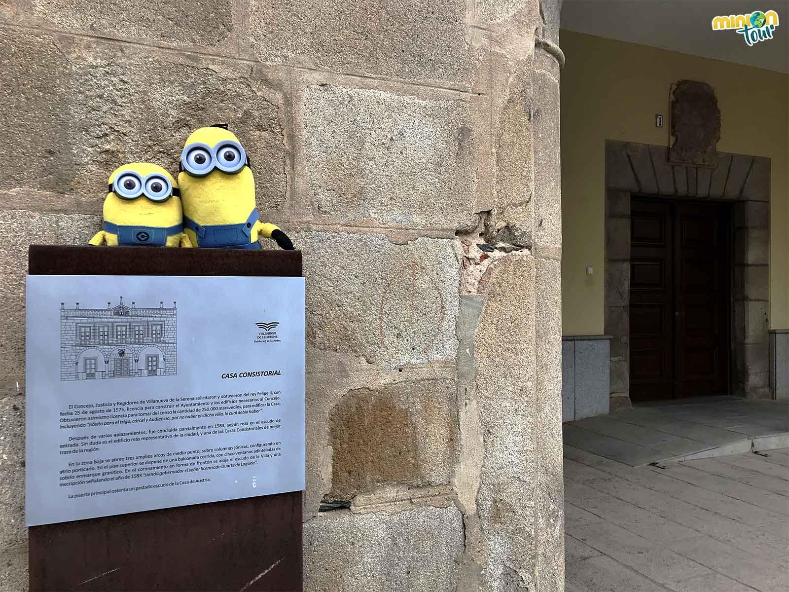 2 Minions en la Casa Consistorial de Villanueva de la Serena