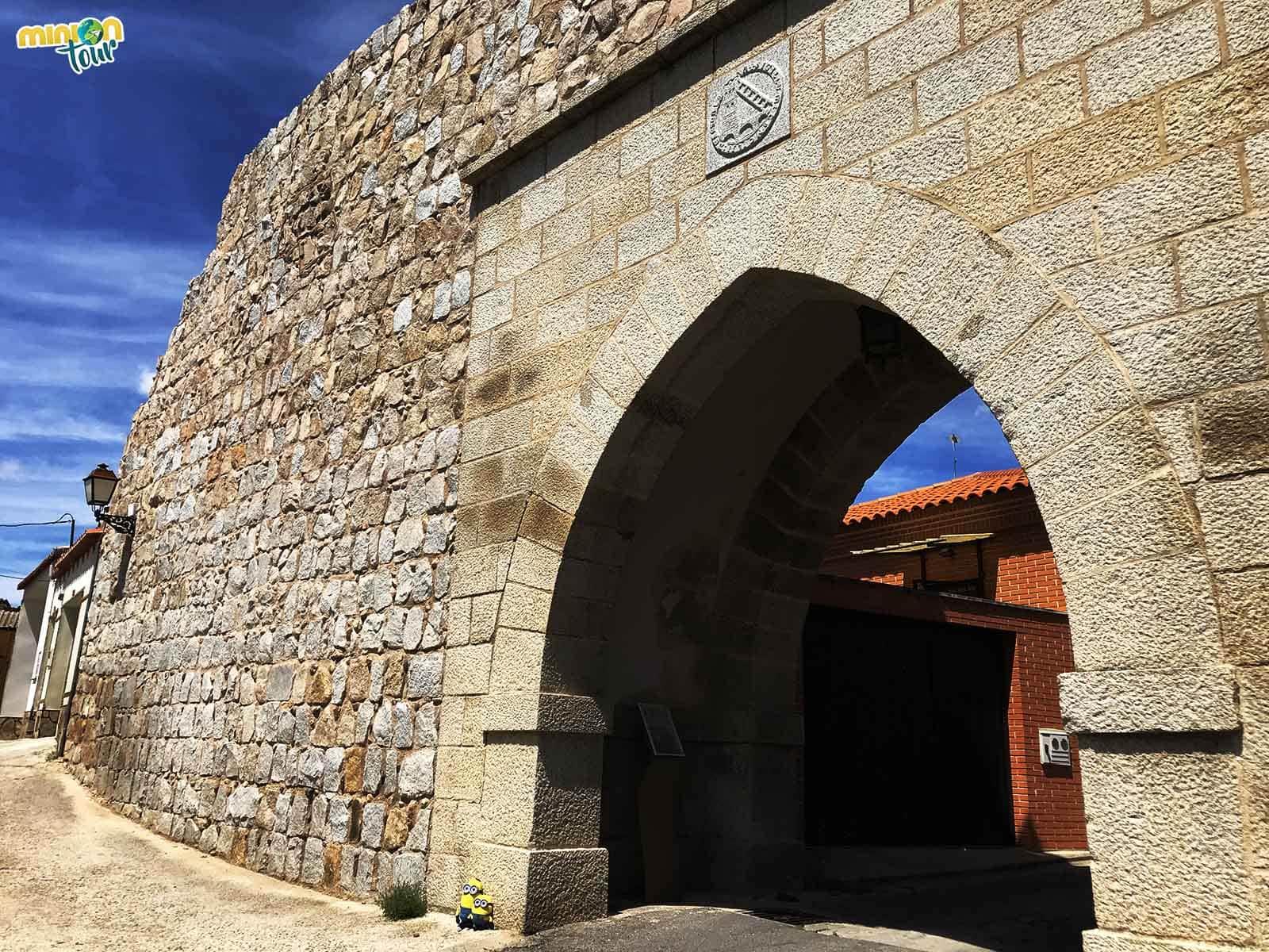 2 Minions en la Puerta de San Ramón de Escalona