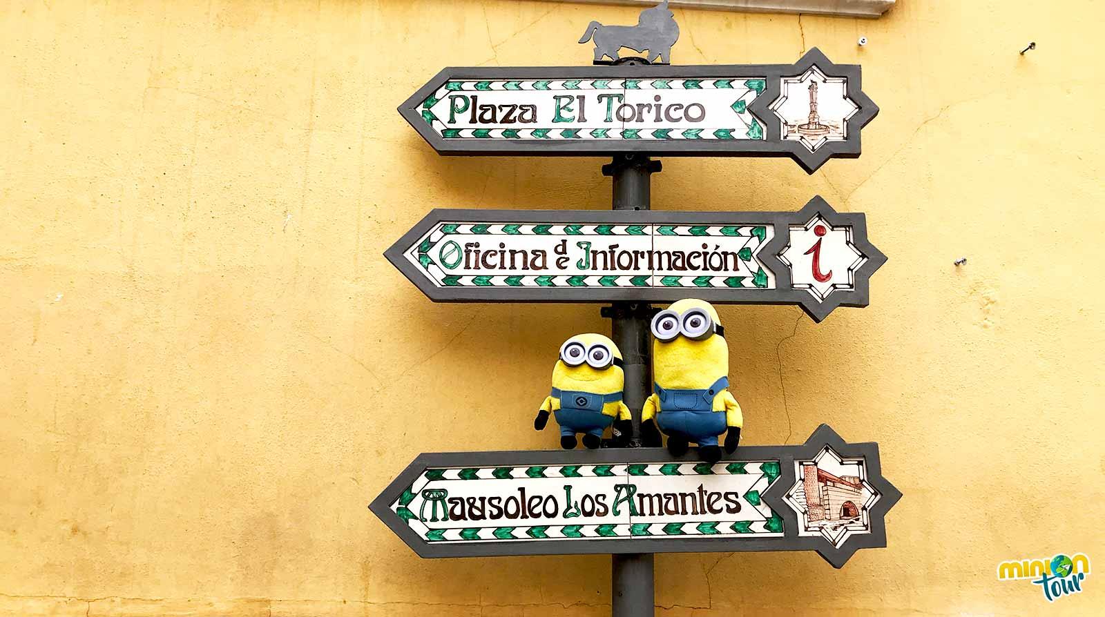 2 Minions camino del Mausoleo de los Amantes de Teruel