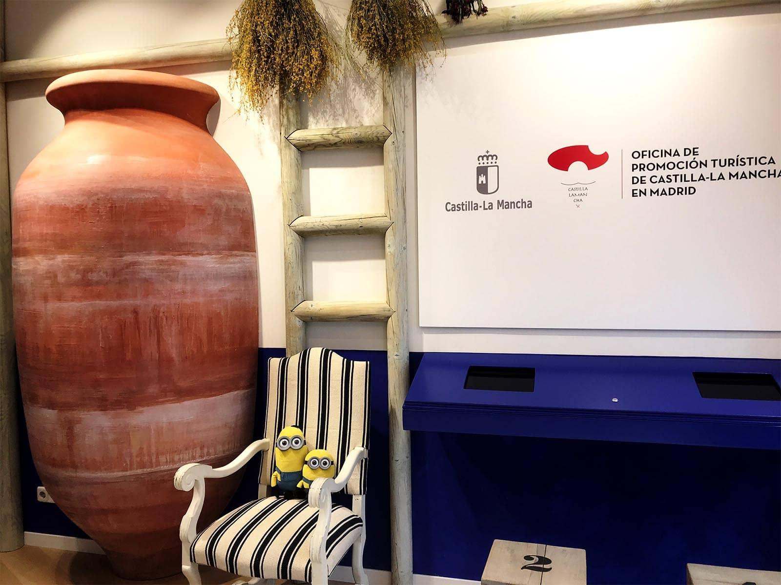 2 Minions preparados para descubrir la Oficina de Turismo de Castilla-La Mancha en Madrid