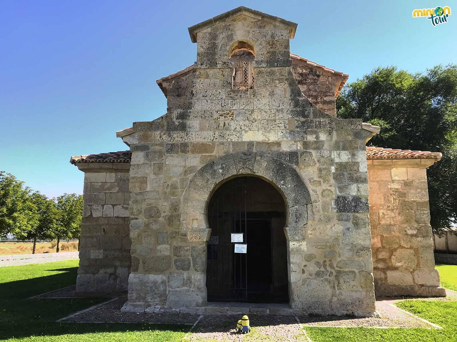 A punto de entrar en una iglesia visigoda