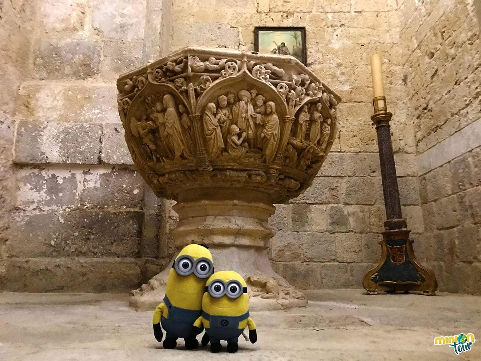 Pila bautismal en la Iglesia de San Hipólito el Real