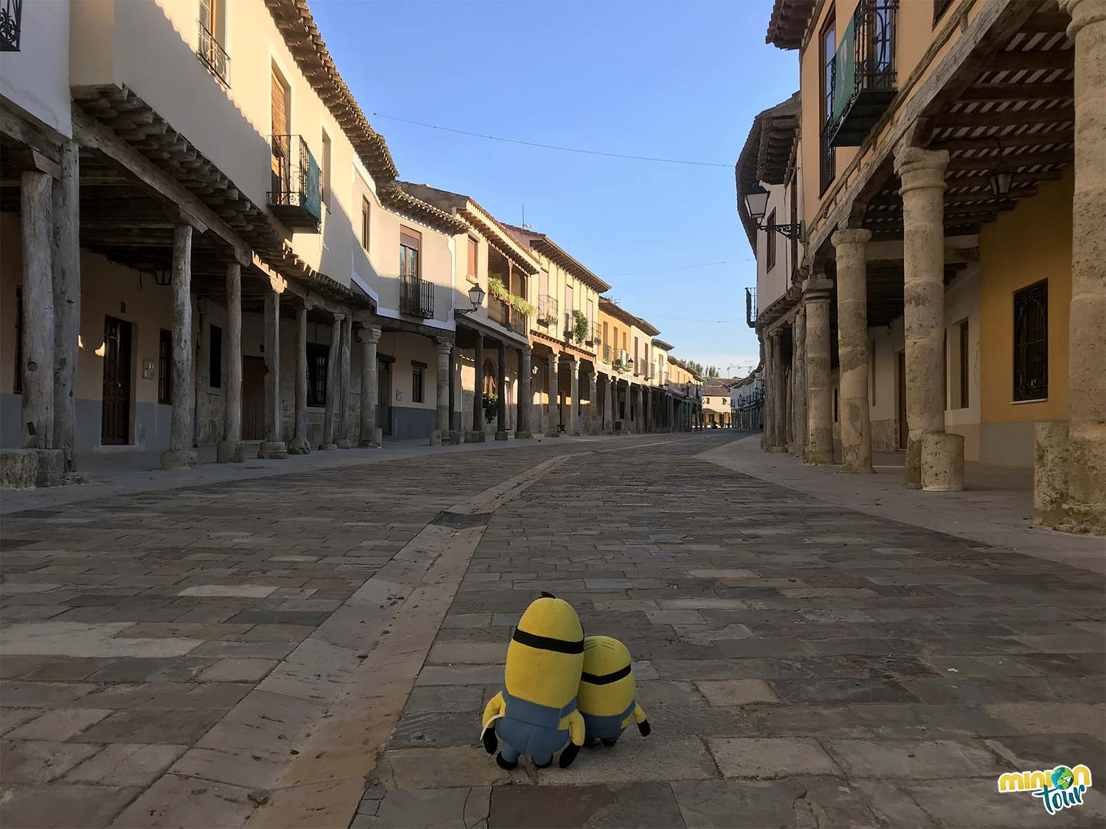 Los Minions paseando por la calle Corredera en Ampudia