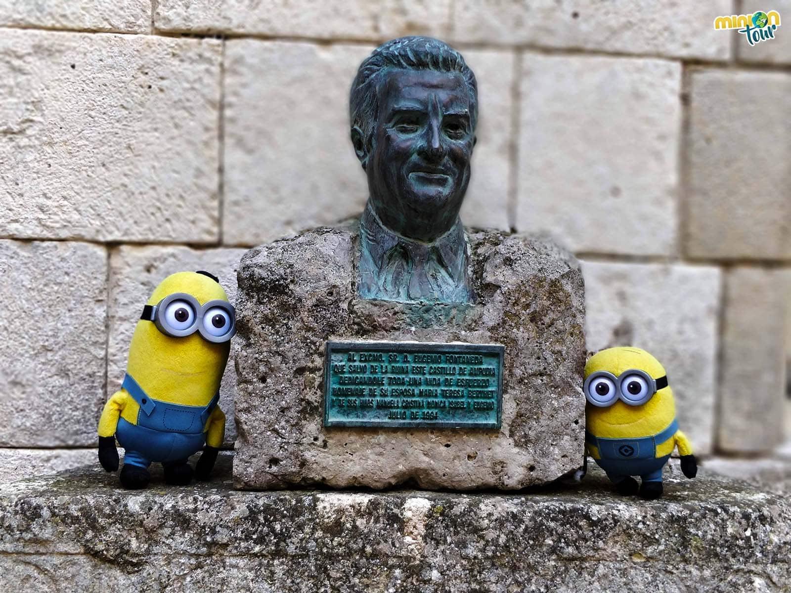 2 Minions con el busto de Eugenio Fontaneda