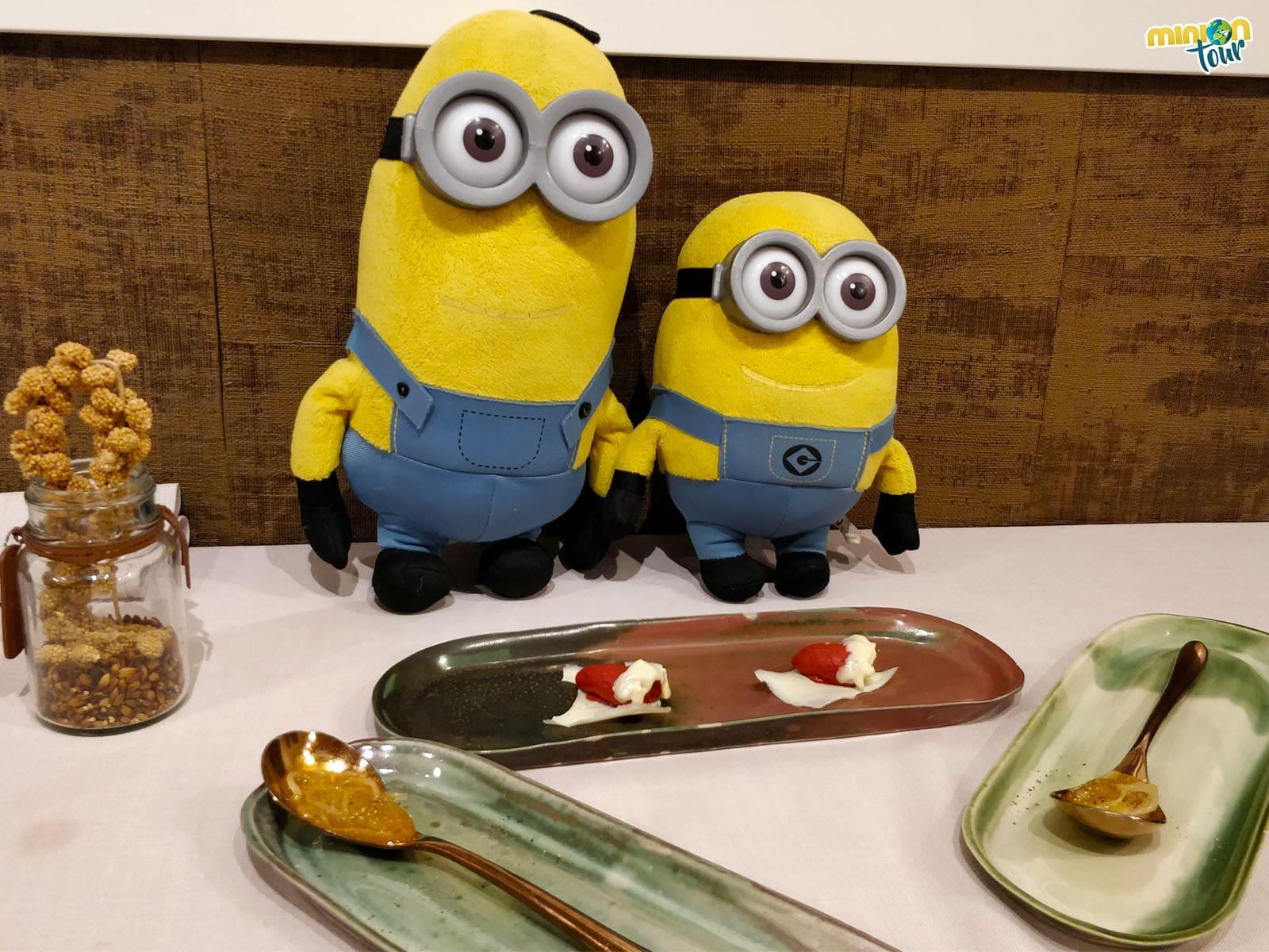 2 Minions cenando en Trivio