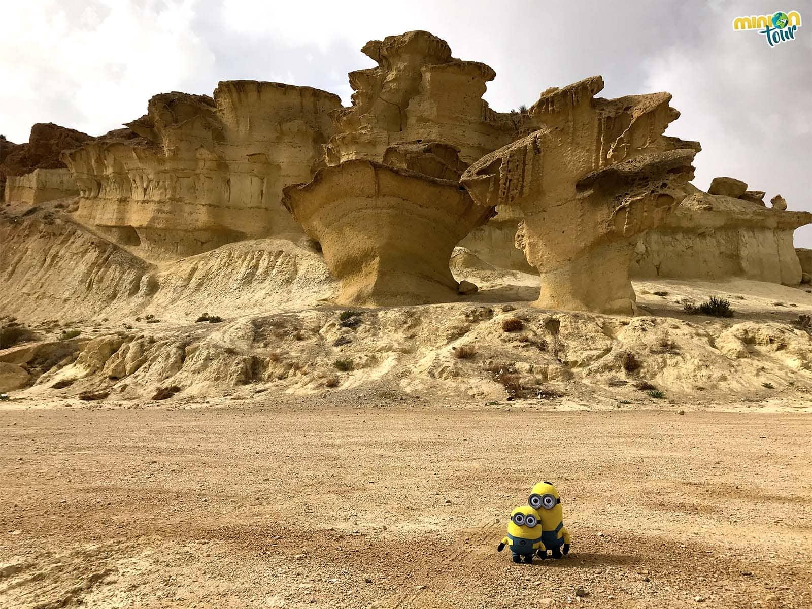 2 Minions recién llegados para conocer las erosiones de Bolnuevo