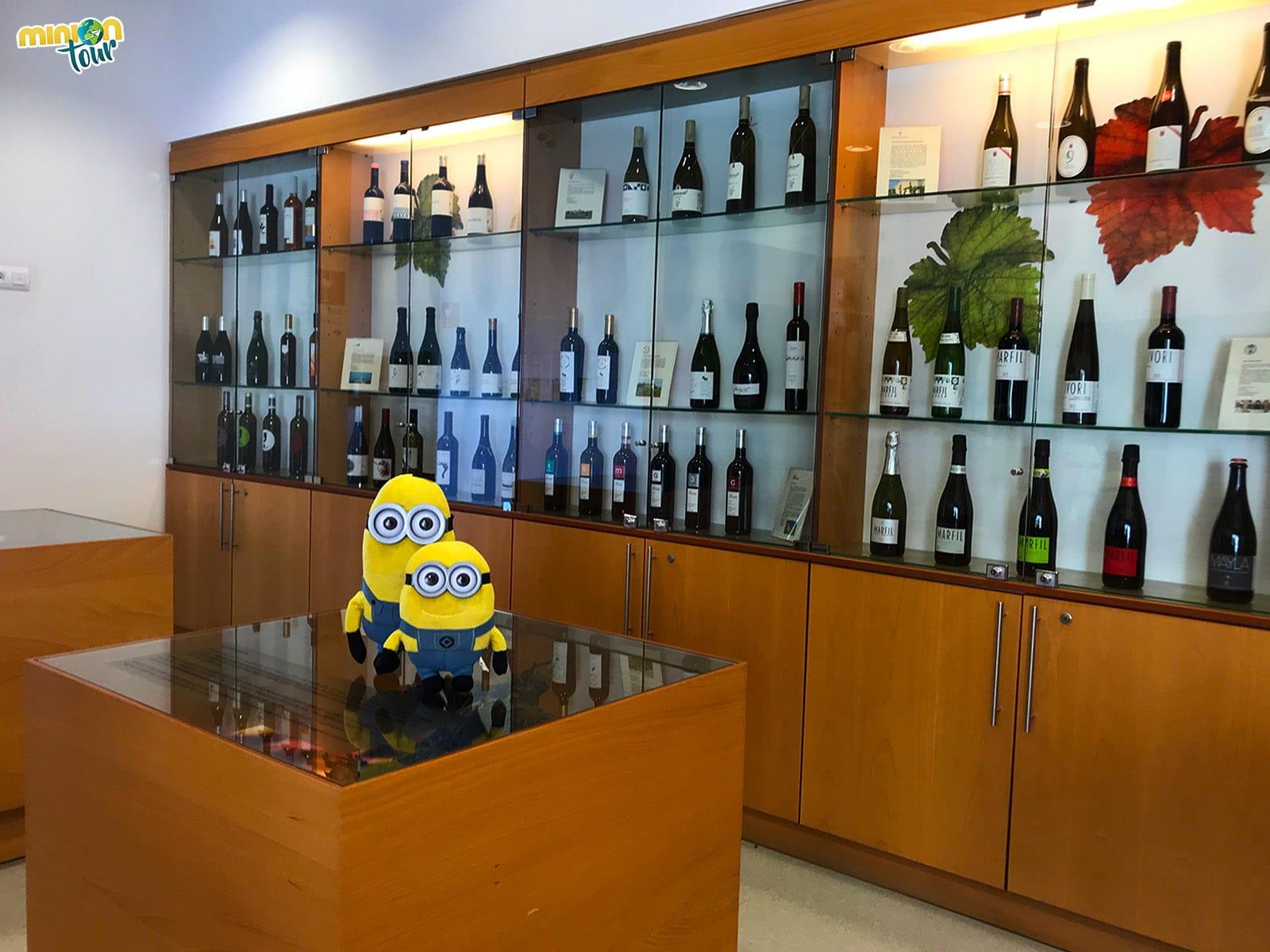 Con algunos de los vinos de Vallmora
