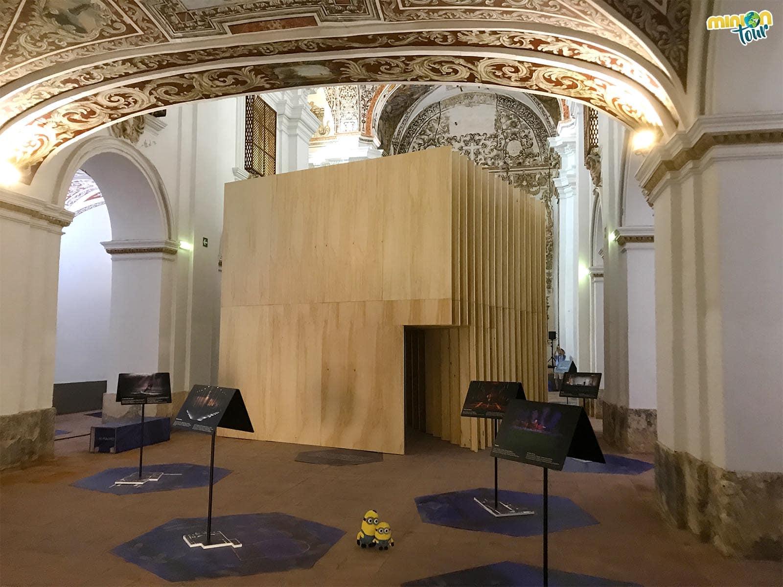 Exposición dentro de la Iglesia de San Agustín durante el Festival de Teatro Clásico de Almagro