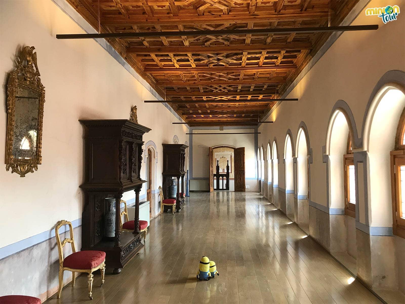 Paseando por una de las estancias del Castillo de Belmonte