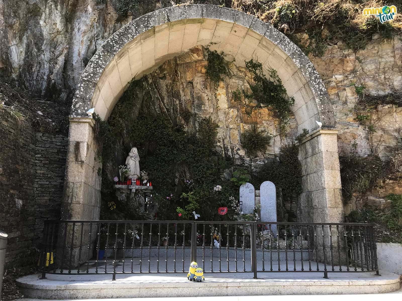 Posando en el Altar de Nuestra Señora de Monserrat