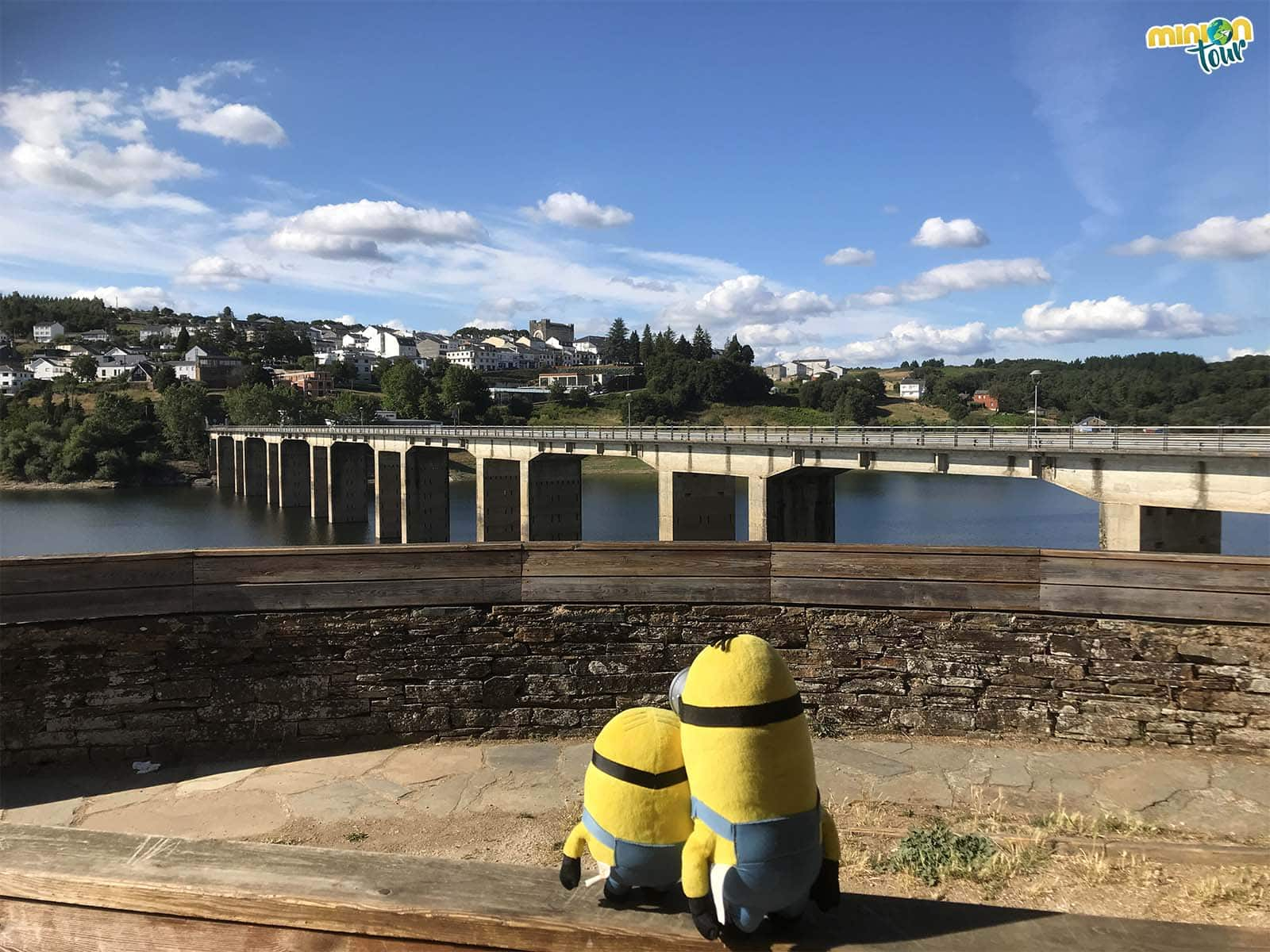 Vistas de Portomarín desde el otro lado del río
