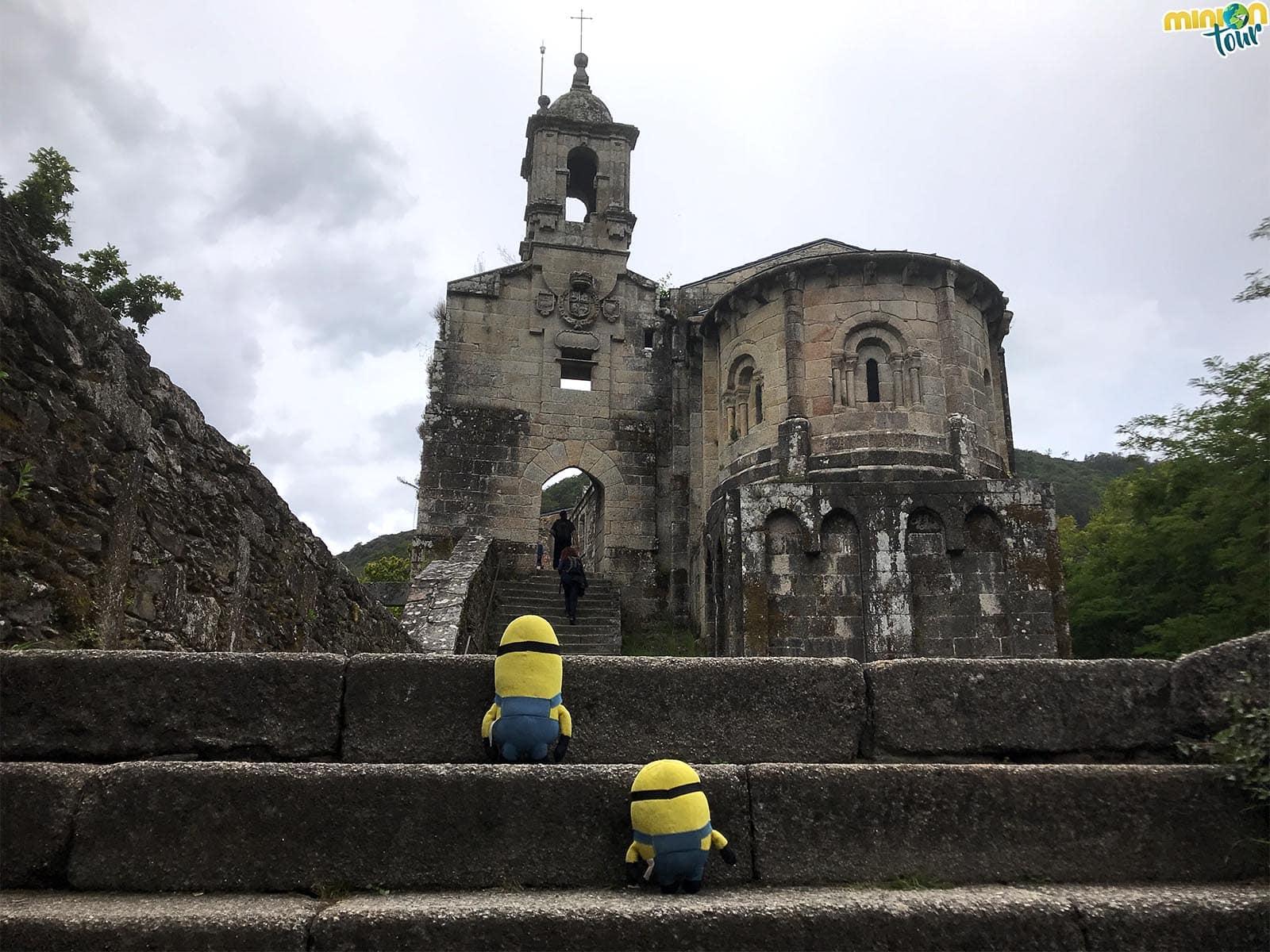 2 Minions en el Monasterio de Caaveiro en las Fragas do Eume