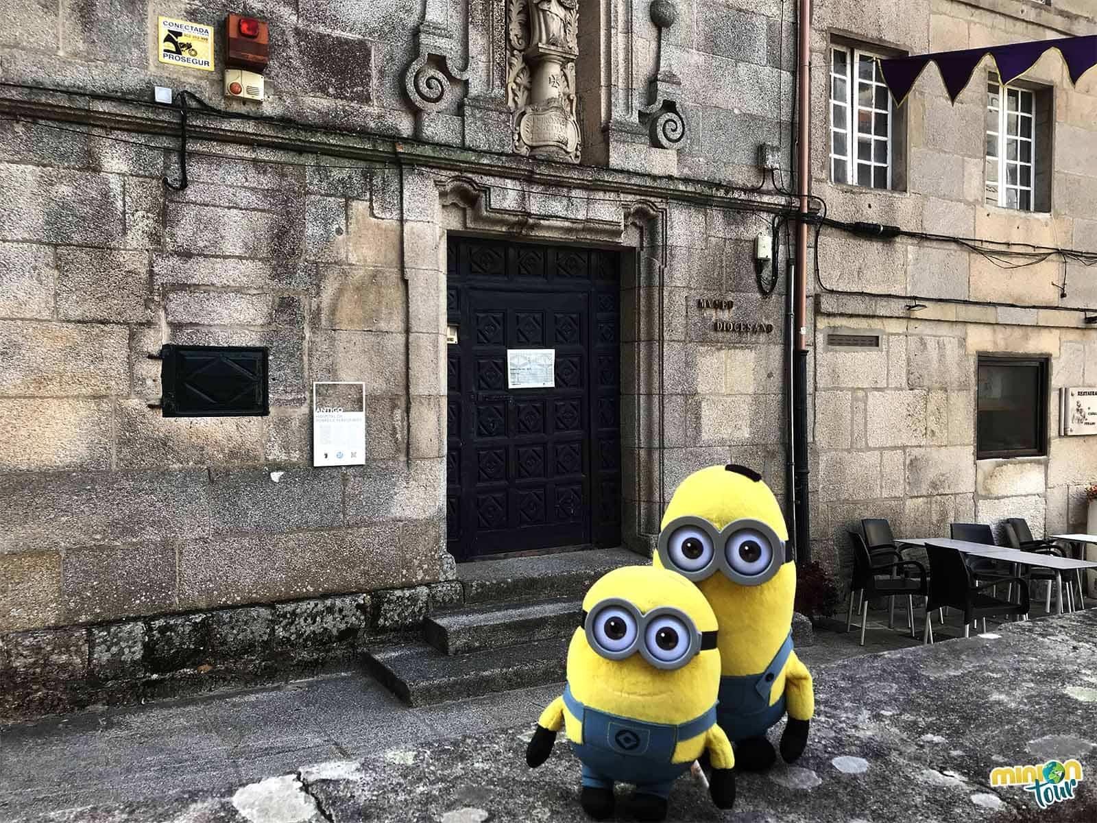 2 Minions en la puerta del Museo Diocesano