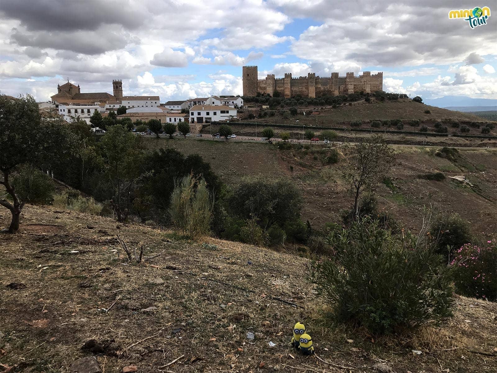 2 Minions con el Castillo de Burgalimar