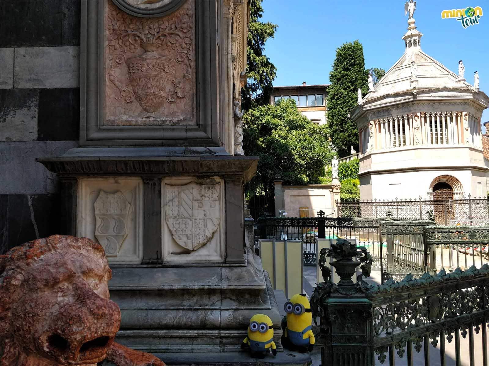 Con el Baptisterio y un león rojo