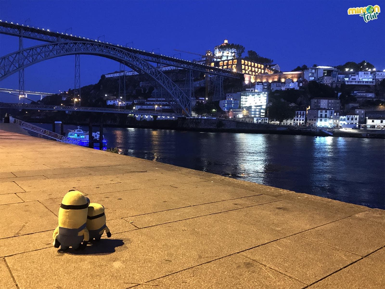 El Puente de Don Luis I de noche, un imprescindible que ver en Oporto en un fin de semana