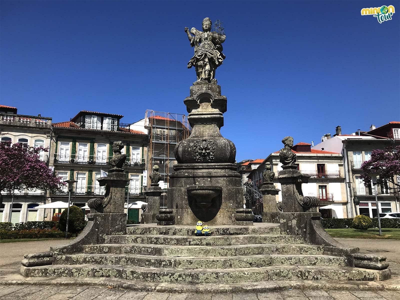 Con la Estatua de Viana