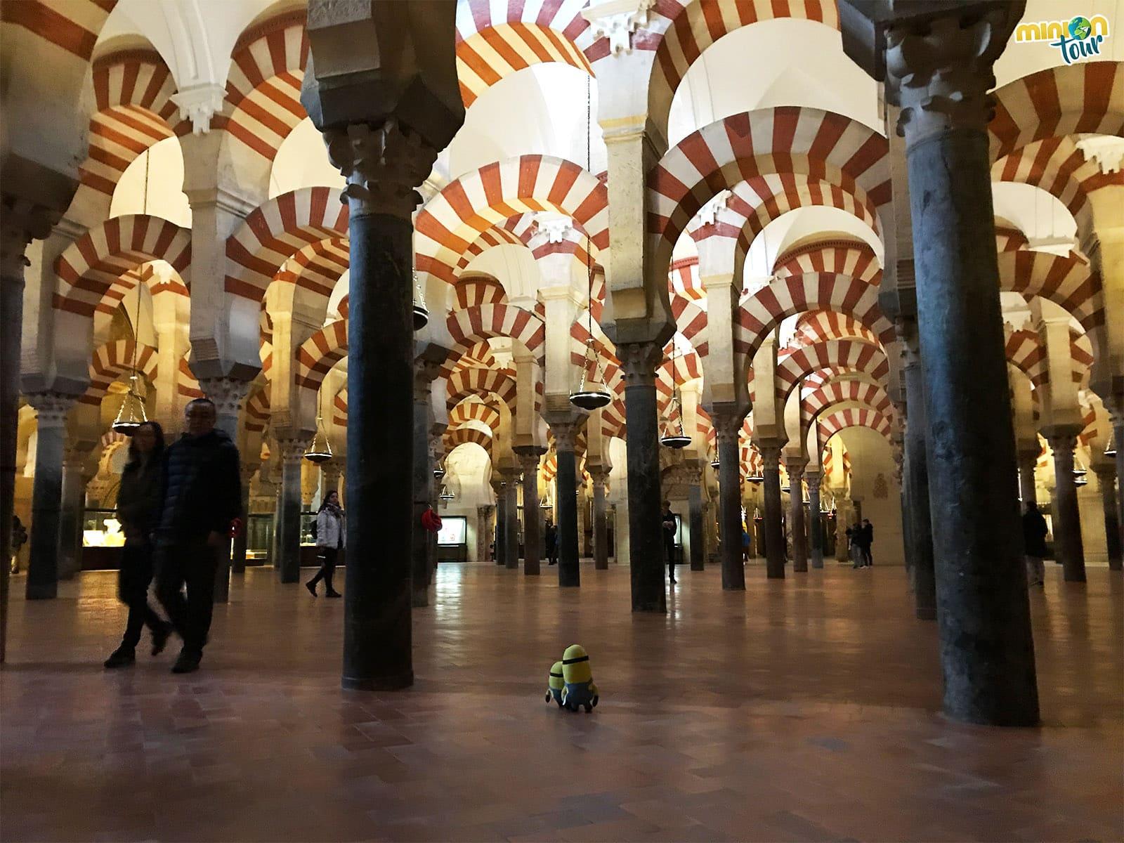 Los Minions alucinando con los arcos de la Mezquita Catedral de Córdoba