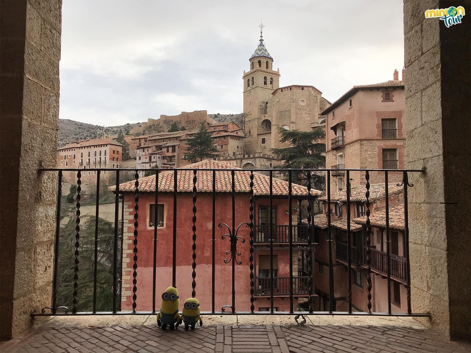 Balcón al lado del edificio del ayuntamiento de Albarracín