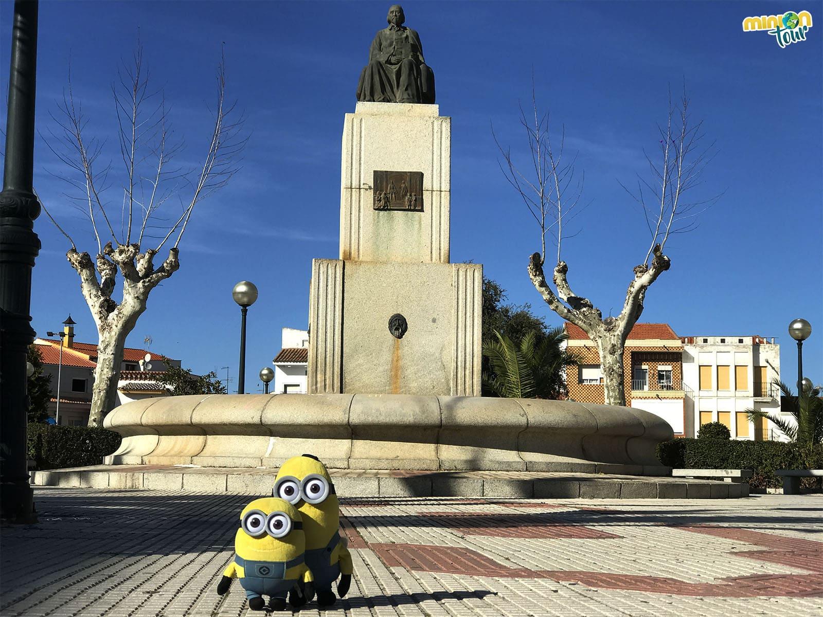 Con la estatua de Calderón de la Barca en Zalamea de la Serena