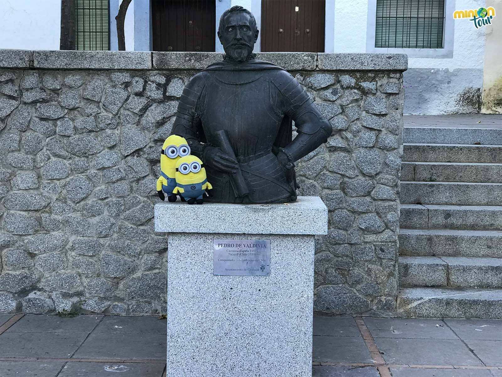 Minions posando con la estatua de Pedro de Valdivia en Castuera