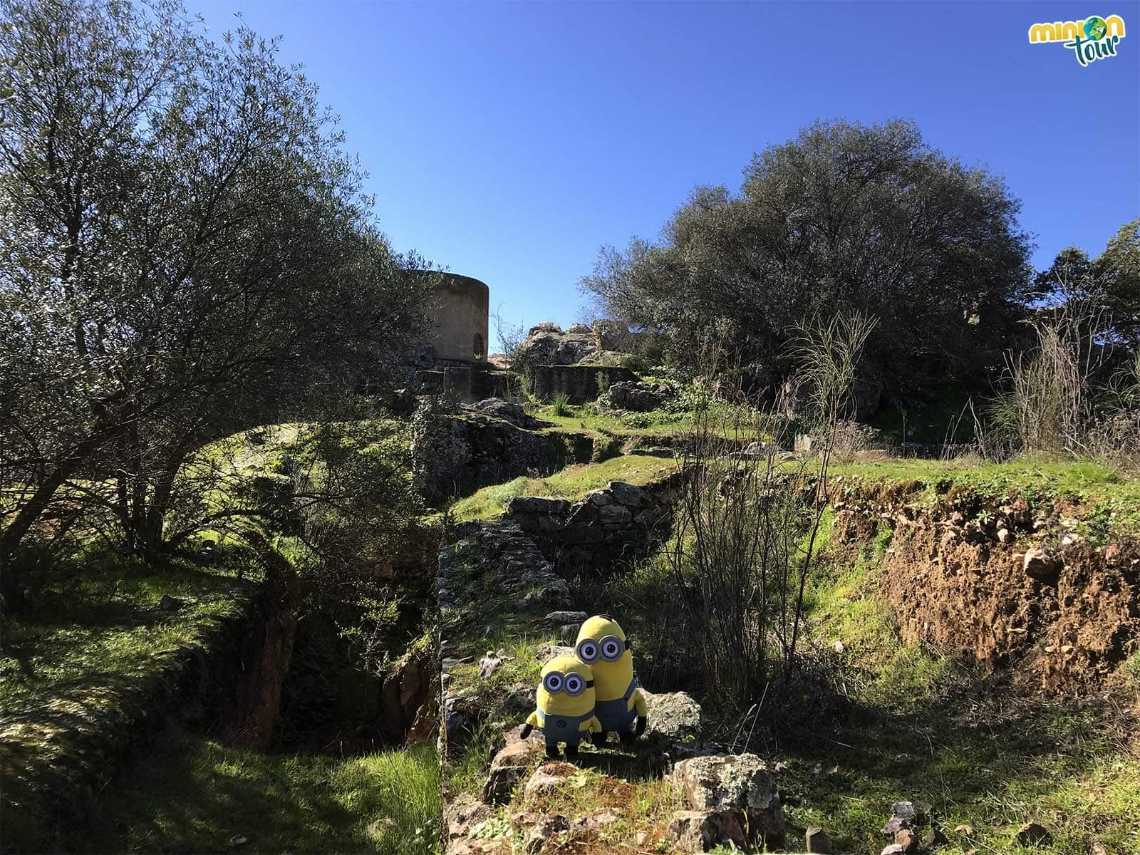 2 Minions descubriendo Lacimurga, una parada en la ruta por la Comarca de La Serena