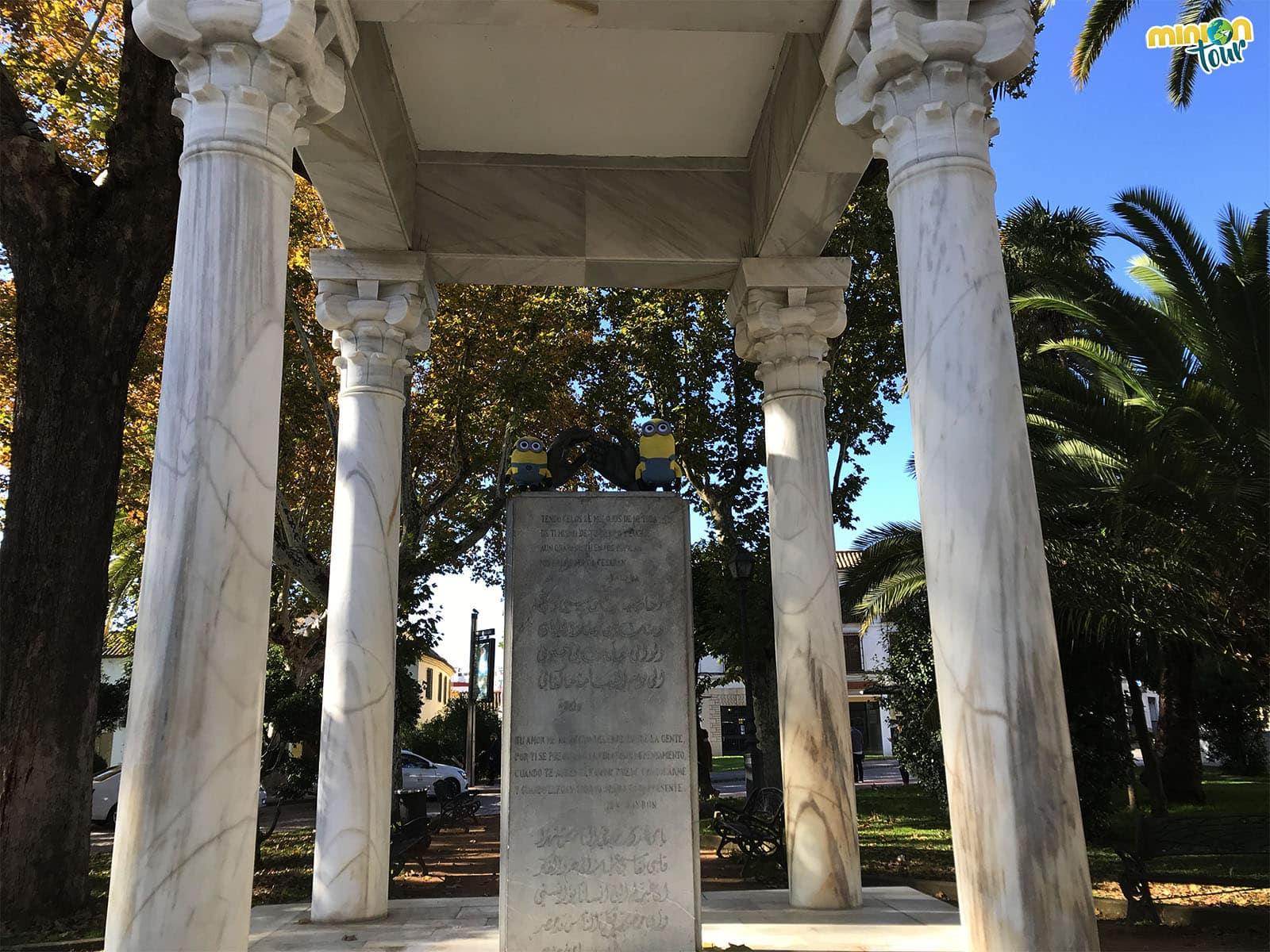 2 Minions en el Monumento a los enamorados