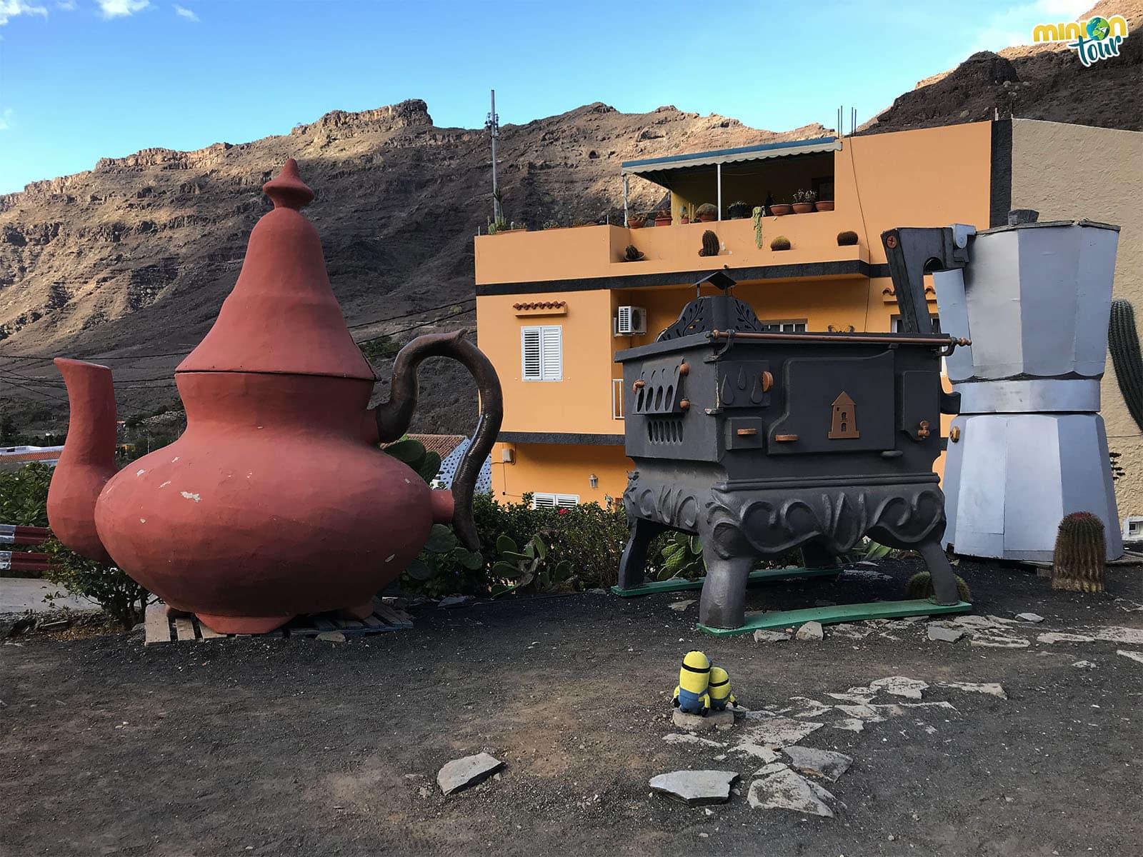 Objetos gigantes al lado del Molino de Viento de Mogán