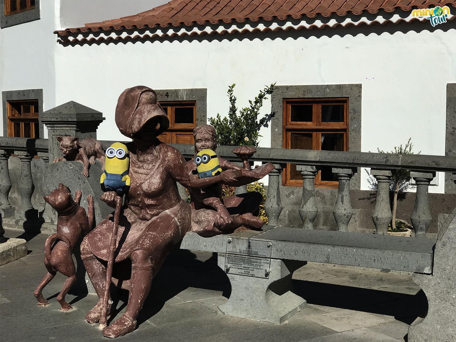 Escultura cerca de la iglesia