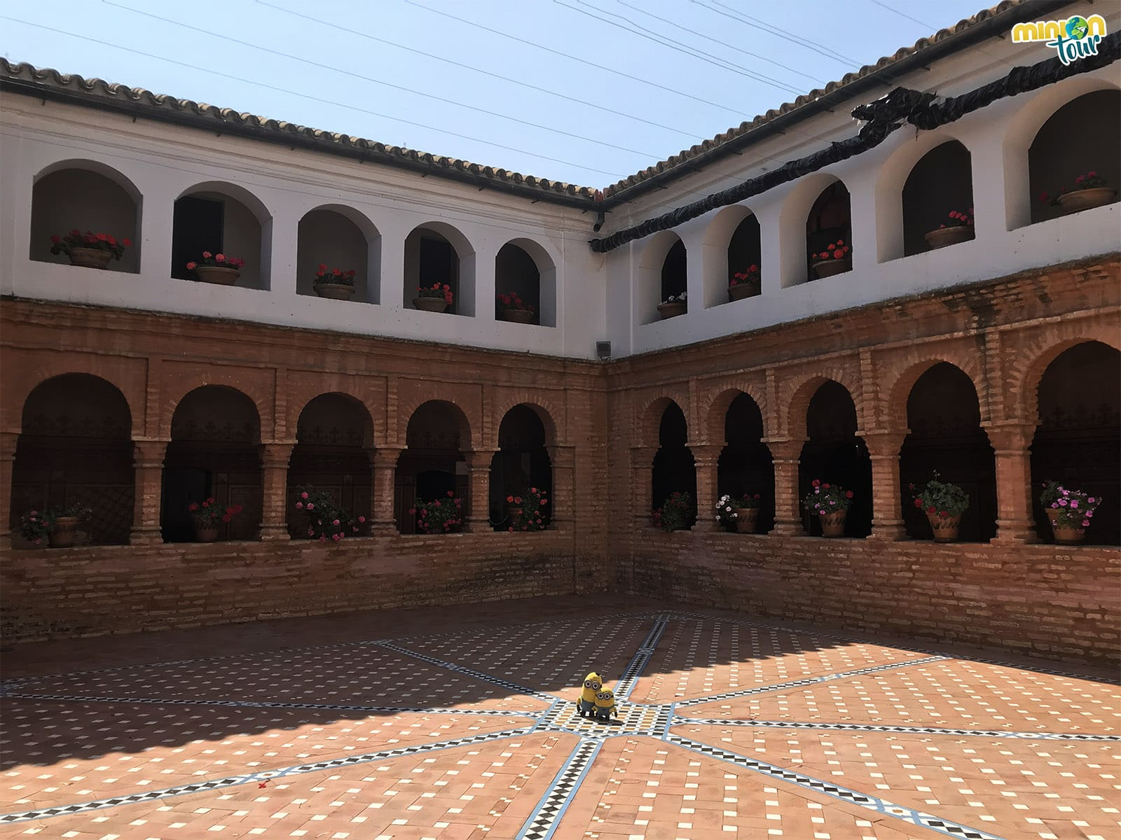 En el centro del claustro, uno de los Lugares Colombinos