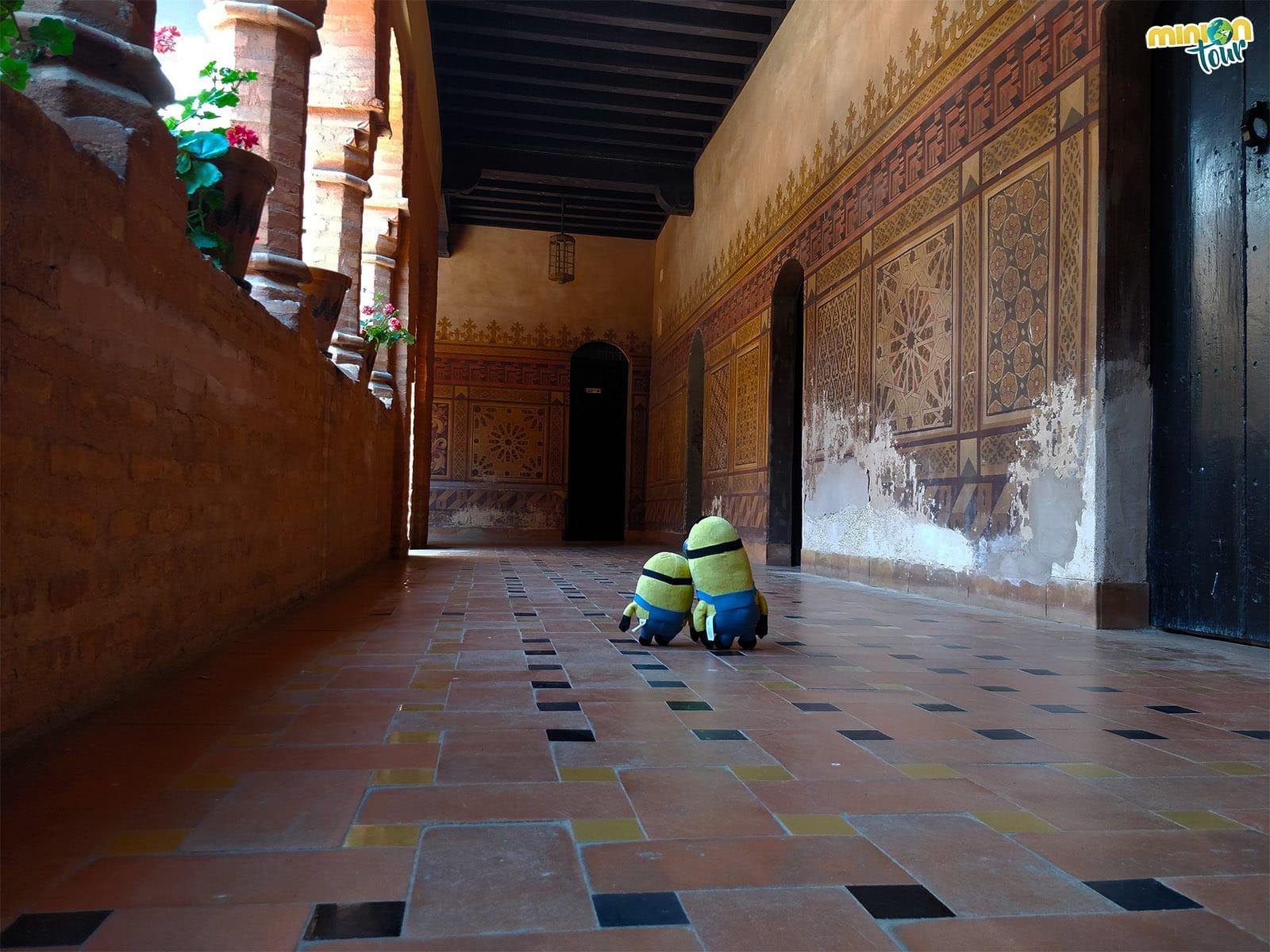 2 Minions paseando por el Monasterio de La Rábida