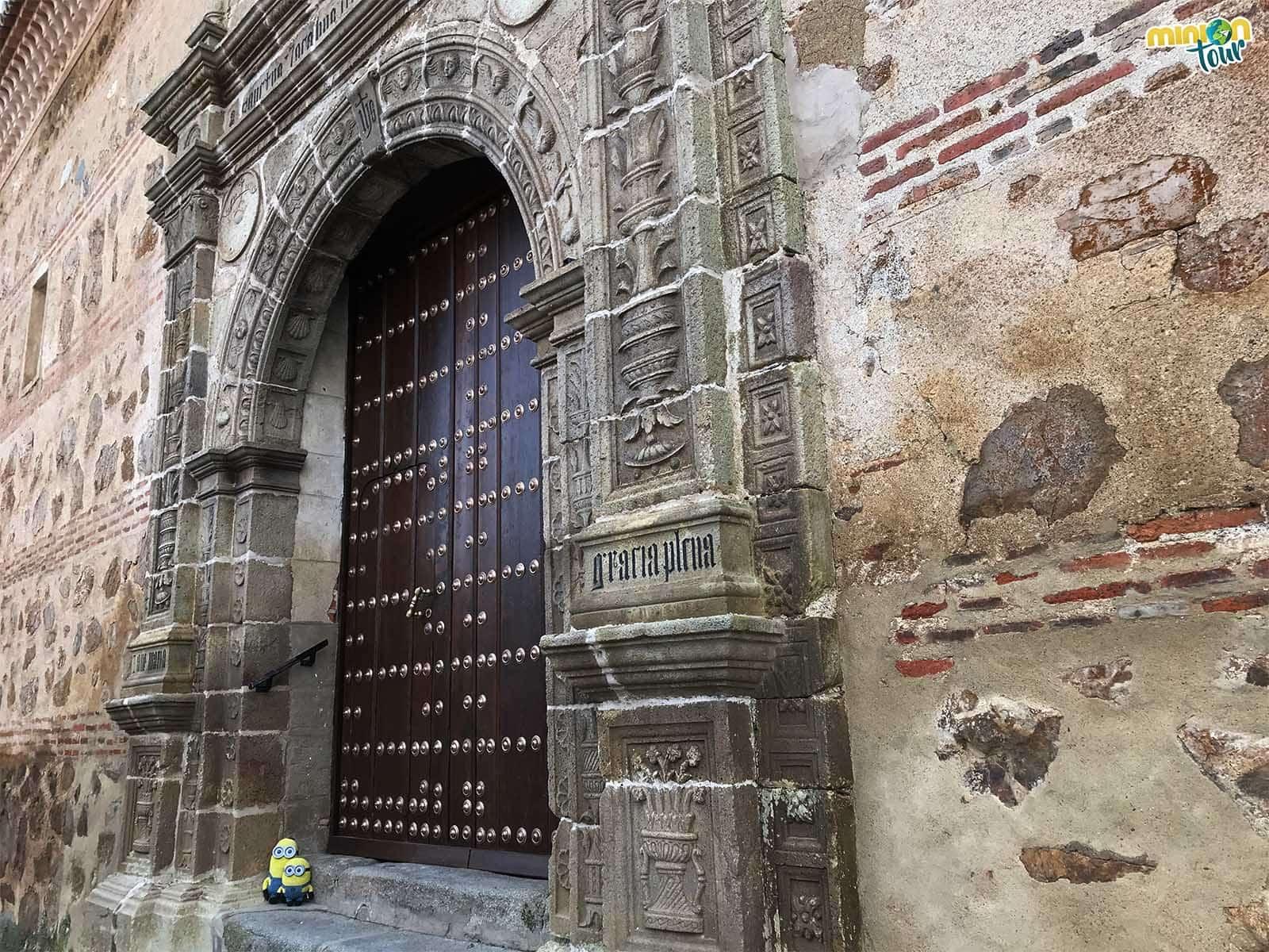 Puerta de la iglesia de Santiago Apóstol