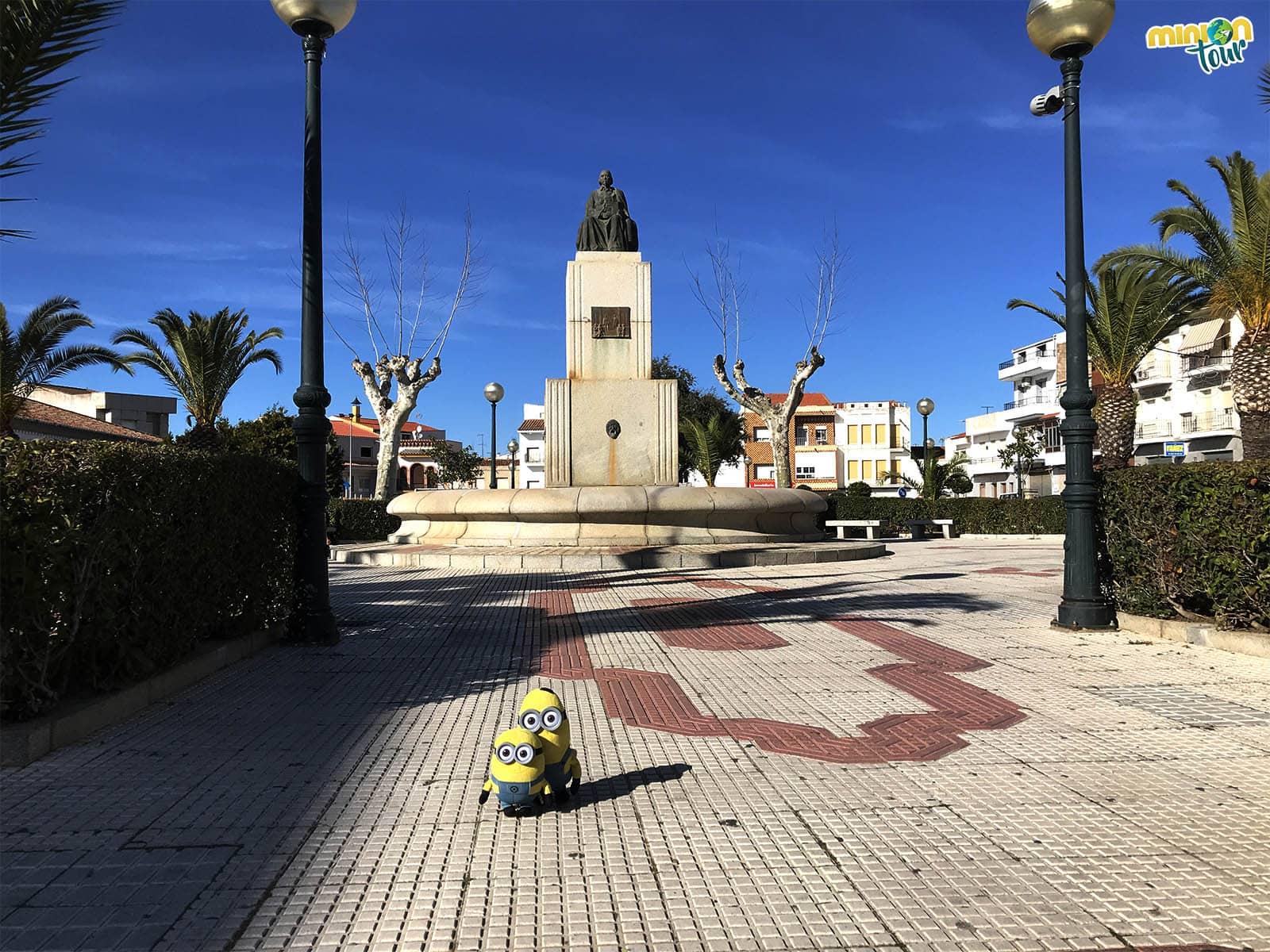 Posando con la estatua de Calderón de la Barca