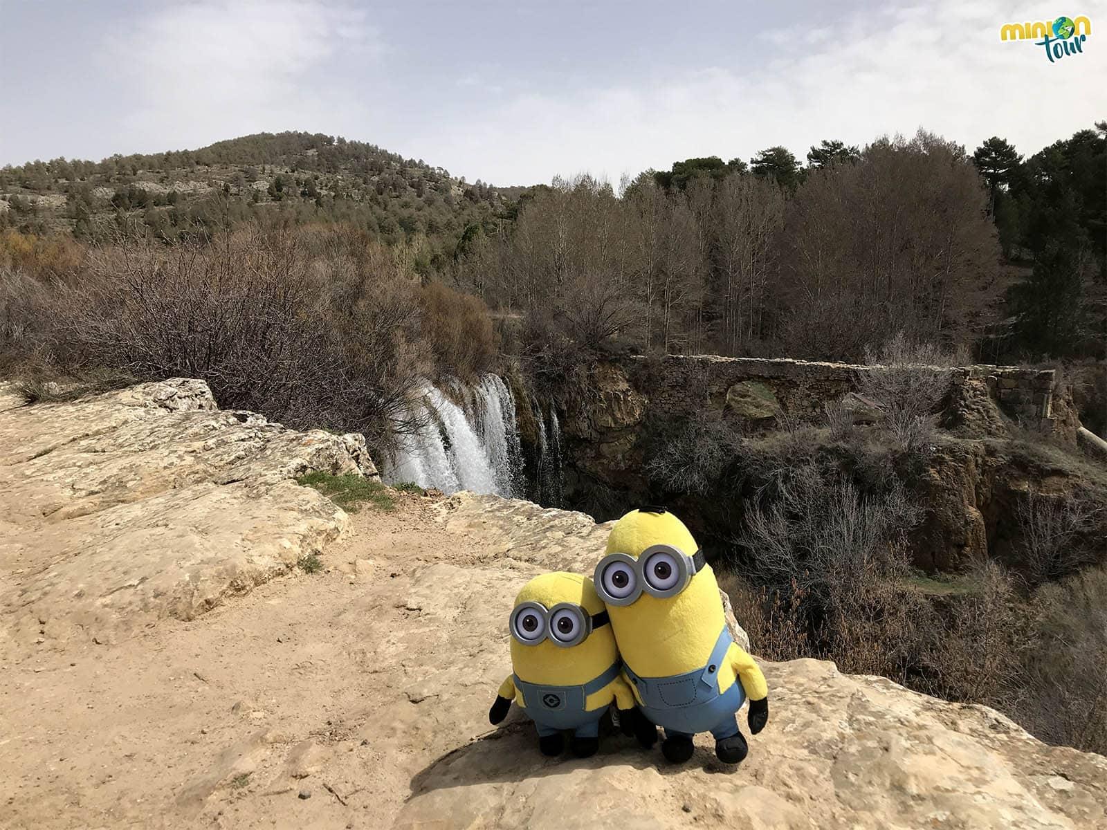 Dos Minions en la cascada del Molino de San Pedro en El Vallecillo