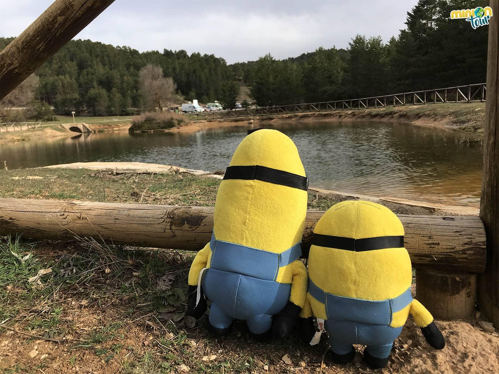 Dos Minions en el monumento del nacimiento del río Tajo