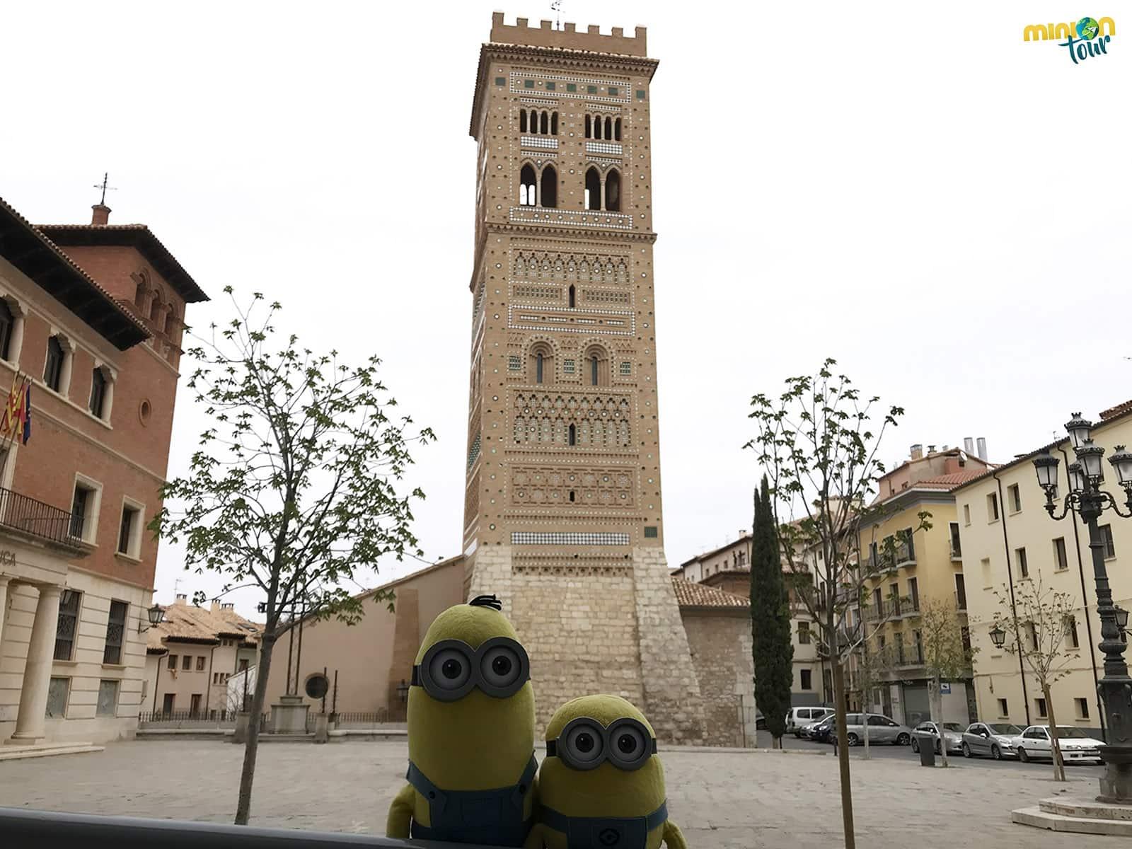 2 Minions con la Torre de San Martín
