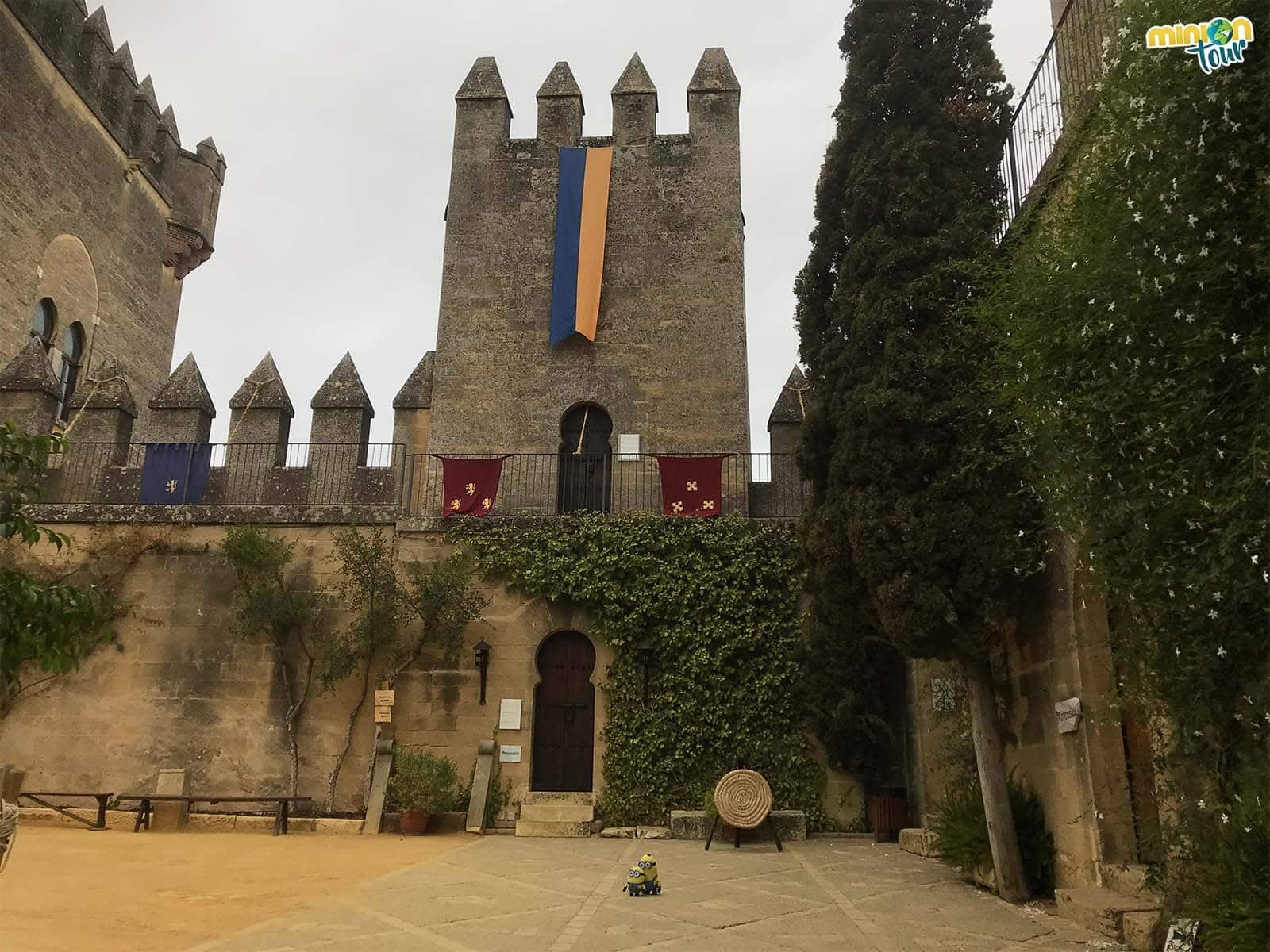 Uno de los patios del castillo