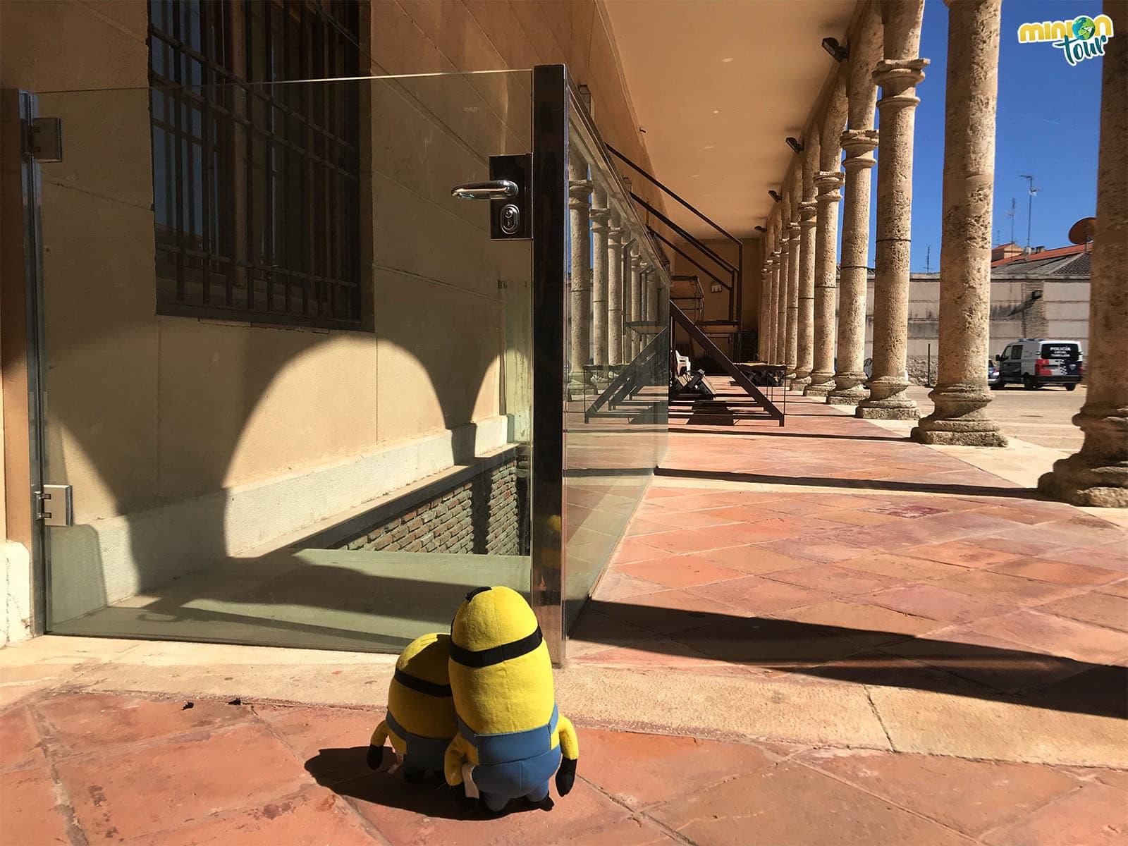 Descubriendo la entrada a los pasadizos del Palacio de Pedro I