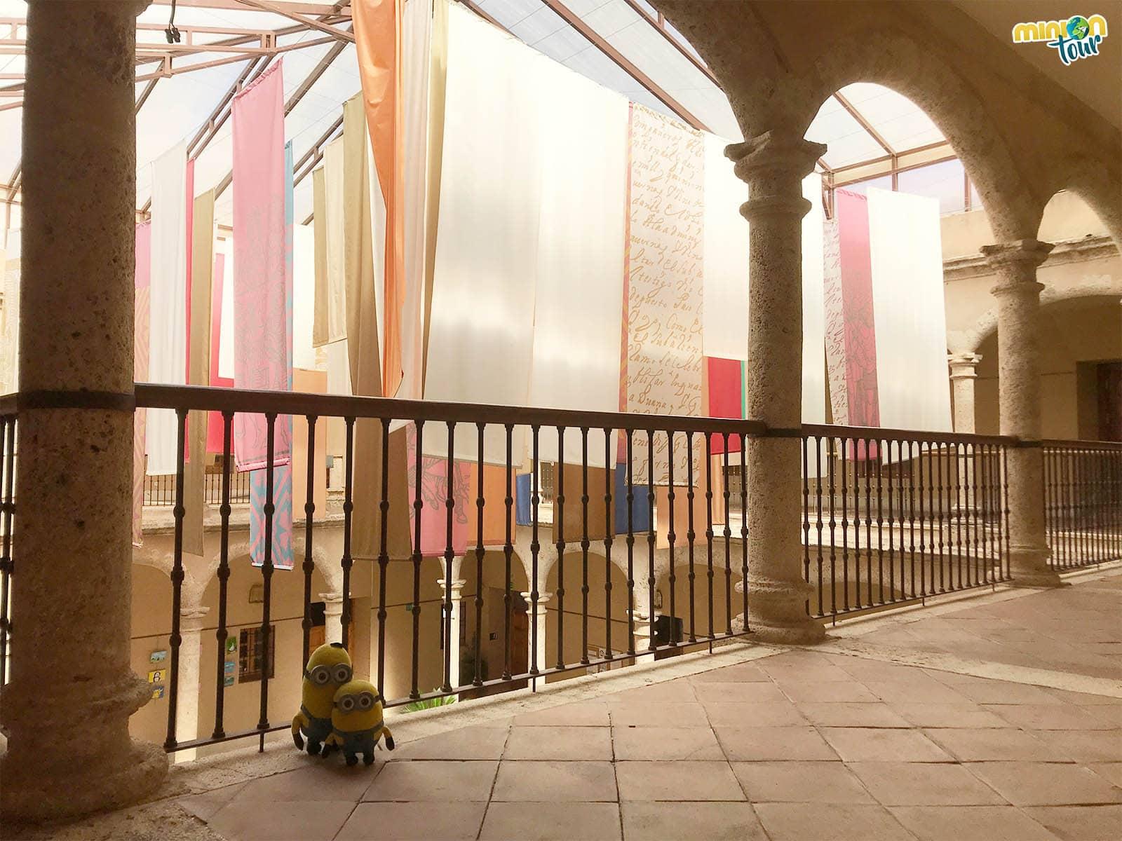 Cotilleando la parte superior del claustro del Palacio de Pedro I en Torrijos